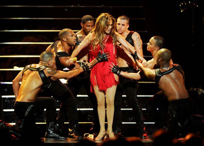 Jennifer Lopez dança com bailarinos durante aprensentação em festival de música, em Las Vegas (24/09/2011)