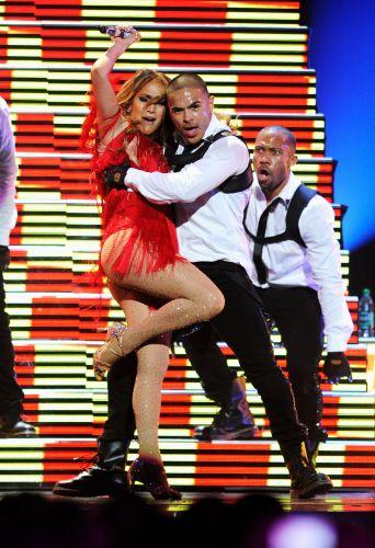 Jennifer Lopez faz performance sensual com bailarino no festival de música iHeartRadio, em Las Vegas (24/09/2011)