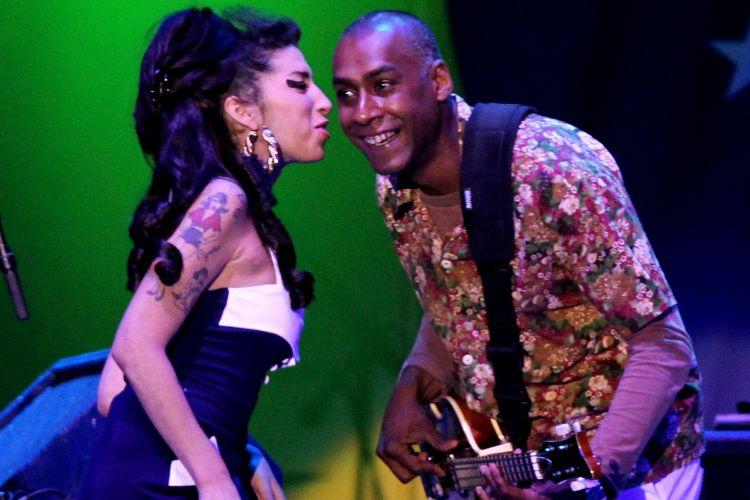 Amy Winehouse conversa com o baixista Dale Davis durante seu último show no Brasil. A apresentação da cantora em São Paulo teve pouco mais de 1h e encerrou com o bis de