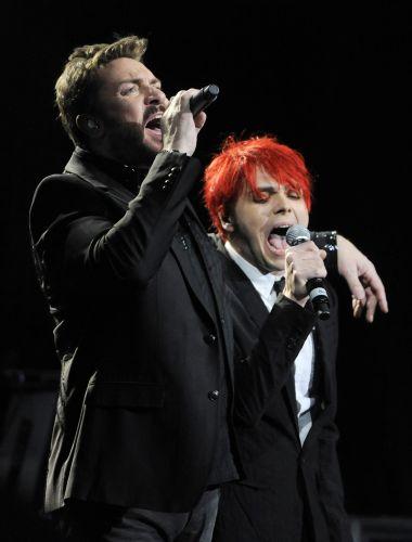 Simon Le Bon canta ao lado de Gerard Way, vocalista do My Chemical Romance, em apresentação do Duran Duran no teatro Mayan em Los Angeles, nos Estados Unidos (23/03/2011)