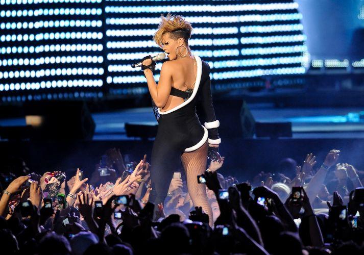 Rihanna canta em apresentação no evento Pepsi Fan Jam Super Bowl Concert, em Miami