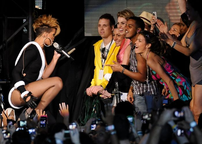 Rihanna canta próximo a fãs em show em Miami, nos Estados Unidos