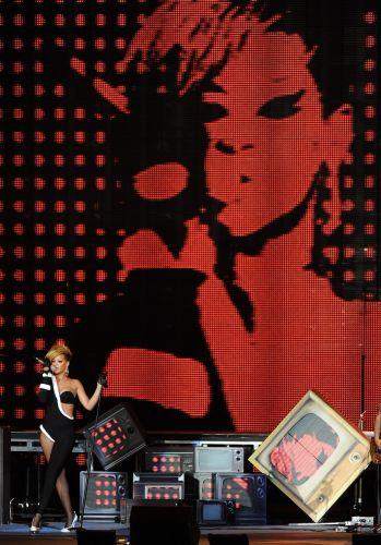 A cantora nascida em Barbados Rihanna canta em evento organizado pelo Super Bowl, nome dado a final do futebol americano