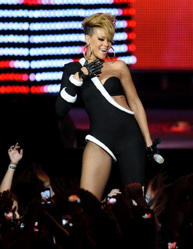 Rihanna sorri durante apresentação no Pepsi Fan Jam Super Bowl Concert, em Miami