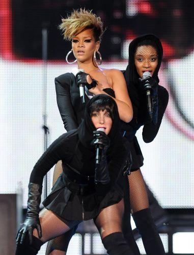 Rihanna e vocalistas de apoio durante show no Pepsi Fan Jam Super Bowl Concert, em Miami, nesta quinta (4)