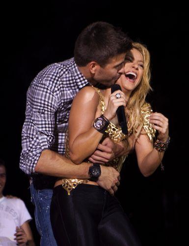 O jogador de futebol Gerard Piqué, namorado de Shakira, beija a cantora durante show em Barcelona, na Espanha (29/05/2011)