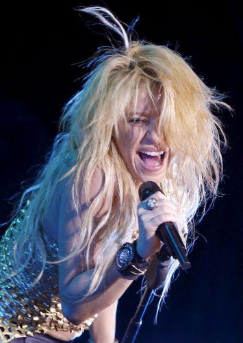 Shakira canta durante apresentação da turnê