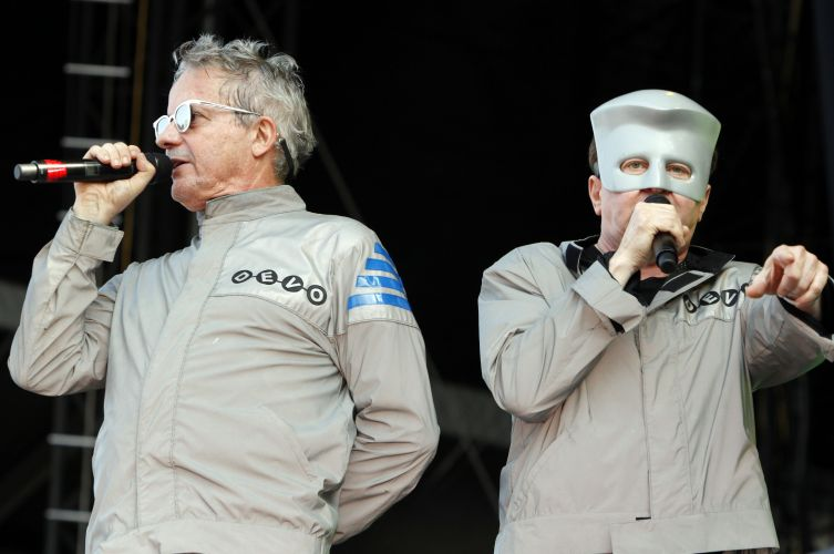 Mark Mothersbaugh (esq.) e Gerald Casale, do Devo, se apresentam no primeiro dia de Lollapalooza, no Grant Park de Chicago (06/08/2010)