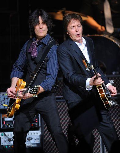 O guitarrista Rusty Anderson divide o palco com Paul McCartney em show no Apollo Theater em Nova York, na segunda-feira (13/12/2010)