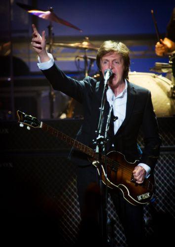 Paul McCartney faz show no Hammersmith Apollo em Londres, na noite de sábado (18/12/2010)
