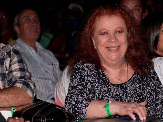 Na primeira fila, a cantora Beth Carvalho prestigiou o show de Arlindo Cruz no Citibank Hall, no Rio de Janeiro (06/01/2012)