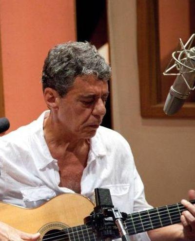 :: CHICO BUARQUE - O cantor e compositor carioca interrompeu cinco anos de jejum musical com um novo disco,