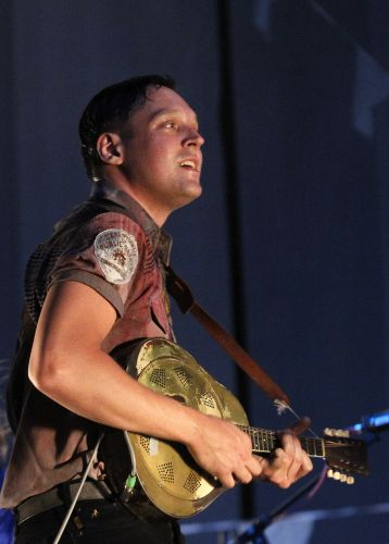 O vocalista Win Butler em show do Arcade Fire no segundo dia do festival Bonnaroo (10/06/2011)