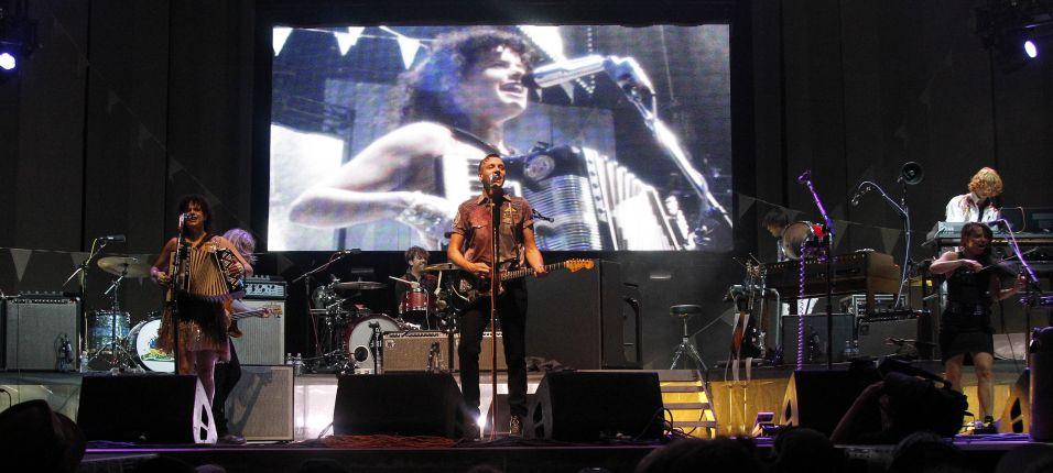 Vencedores do Grammy 2011, os canadenses do Arcade Fire tocam no segundo dia do festival Bonnaroo (10/06/2011)