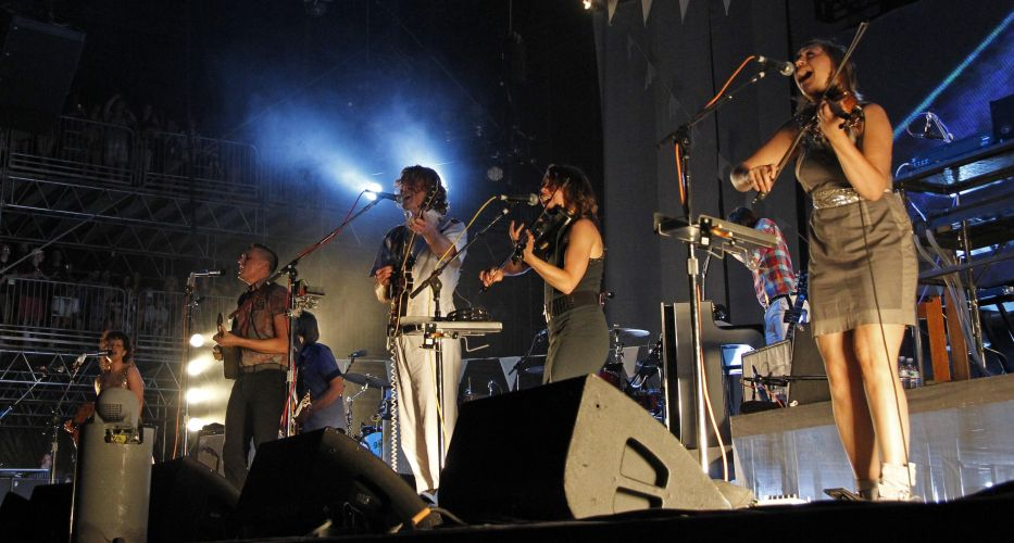 Vencedores do Grammy 2011, os canadenses do Arcade Fire tocam no segundo dia do festival Bonnaroo (10/06/2011)