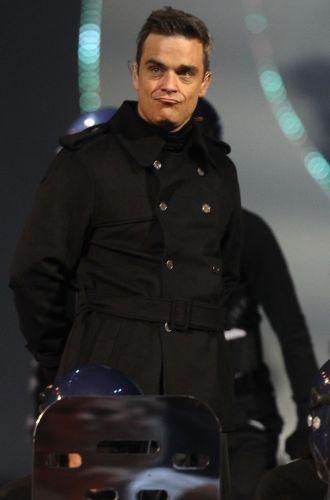 Robbie Williams em sua volta ao Take Taht se apresenta com a banda no palco do Brit Awards 2011 (15/02/2011)