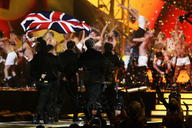Take That se apresenta no palco do Brit Awards 2011. Eles concorrem a disco do ano e melhor banda (15/02/2011)