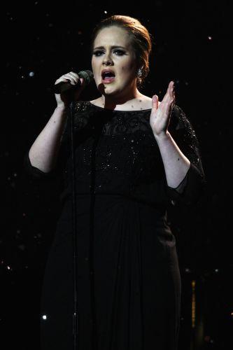 A inglesa Adele, que lançou um disco no ano passado, se apresenta no palco do Brit Awards 2011 (15/02/2011)