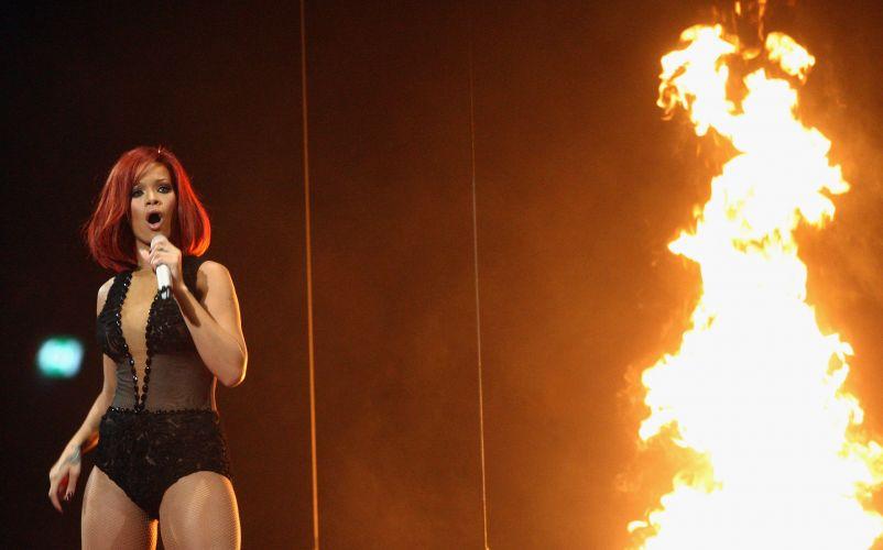 Rihanna coloca fogo no palco do Brit Awards e apresenta medley de seus hits na cerimônia realizada na 02 Arena, em Londres (15/02/2011)