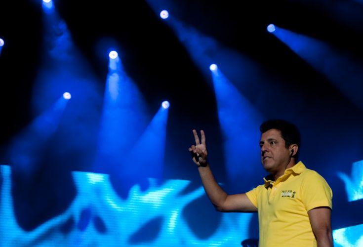 Bruno acena para as cerca de 2 mil pessoas que assistem ao primeiro show da dupla no ano, no Citibank Hall, Rio de Janeiro (28/01/2011)
