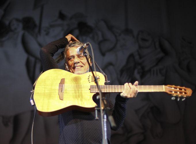 Chico Buarque se prepara para começar a sua apresentação em São Paulo da turnê