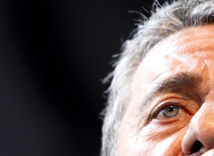Detalhe do rosto de Chico Buarque no início de sua apresentação na turnê