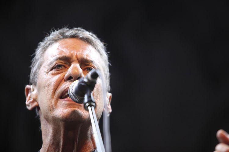 Chico Buarque canta no começo da passagem de sua turnê