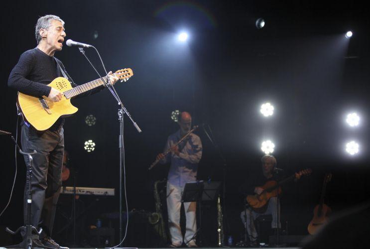 O cantor e compositor interpreta as músicas de seu mais recente álbum,