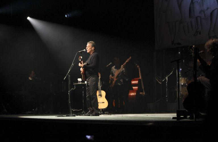 Chico Buarque canta no primeiro dia da passagem de sua turnê