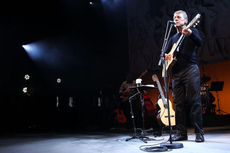 Chico Buarque, que estava há quase cinco anos longe dos palcos, toca em São Paulo durante a turnê