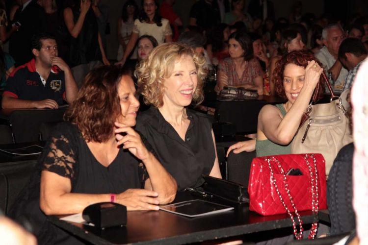 A jornalista, atriz e apresentadora Marília Gabriela conversa com amigas no show de Chico Buarque (1/3/12)