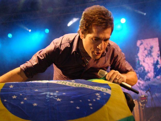 Com a bandeira do Brasil, Daniel se apresenta pela primeira vez em Portugal, na edição de estreia do Brazilian Day no país. Em turnê pela Europa, o cantor se apresentou no final de semana em Zurich, na Suíça, e em Londres, na Inglaterra (15/05/2011)