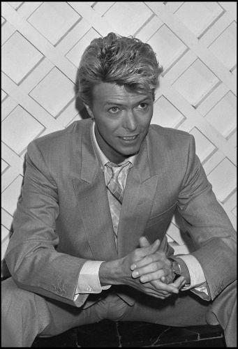 David Bowie em coletiva de imprensa no Hotel Savoy, em Londres, em 1983
