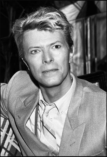 David Bowie em entrevista coletiva no Hotel Savoy, em Londres, em 1983
