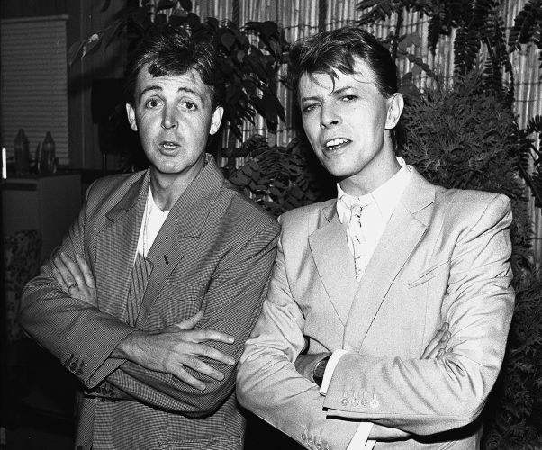 Paul McCartney (esq.) e David Bowie nos bastidores do Live Aid, em Londres (13/07/1985)