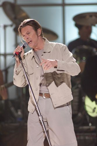 David Bowie canta em show beneficente para as vítimas do atentado ao World Trade Center, em Nova York (20/10/2001)