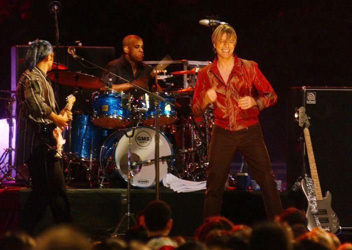 David Bowie se apresenta em evento da MTV em Nova York (10/05/2002)