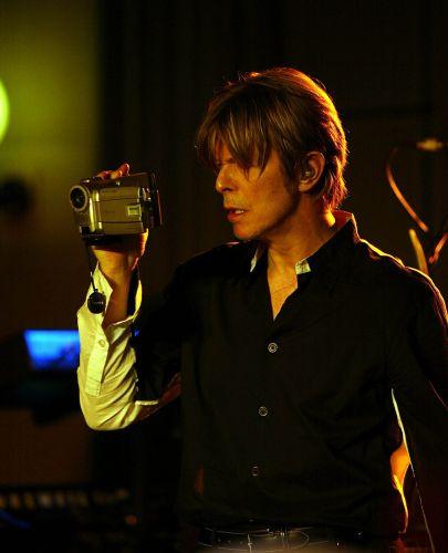David Bowie filma sua sessão de gravação ao vivo para a estação Radio 2 da BBC, em Londres (18/09/2002)