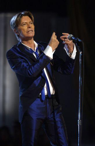 David Bowie se apresenta no evento de moda VH1 Vogue Fashion Awards, em Nova York (15/10/2002)