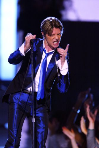 David Bowie se apresenta no evento de moda VH1 Vogue Fashion Awards, em Nova York (15/10/2002)