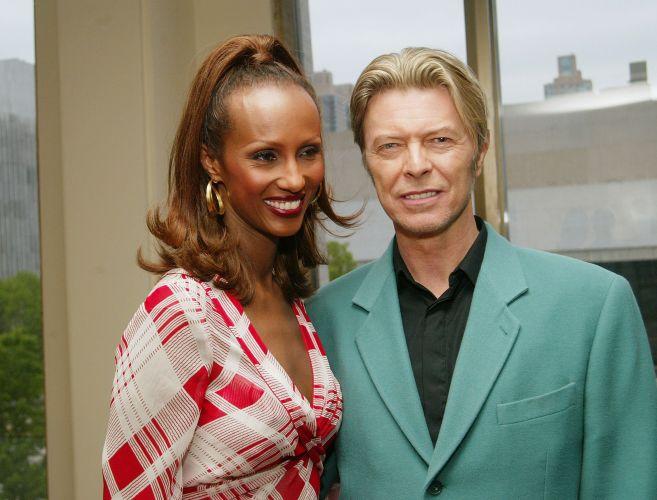 David Bowie e sua mulher, a modelo Iman, em evento em homenagem à atriz Susan Sarandon, em Nova York (05/05/2003)