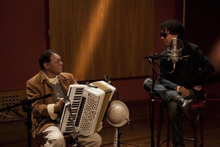 Durante encontro em estúdio, em São Paulo, Dominguinhos e Djavan relembram histórias de como se conheceram e de sua composição. O sanfoneiro é tema de um documentário sobre sua vida e obra,
