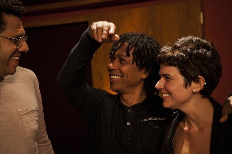 O bandolinista Hamilton de Holanda, o músico Djavan e a cantora Mariana Aydar conversam durante o encontro que foi gravado para o documentário