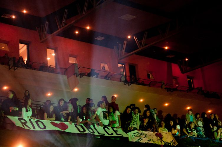 Fãs aguardam ansiosos o show da mexicana Dulce María, no Rio de Janeiro (29/5/11)