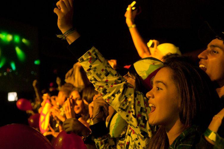 Fãs se empolgam com as canções da ex-RBD, Dulce María, no Rio de Janeiro (29/5/11)