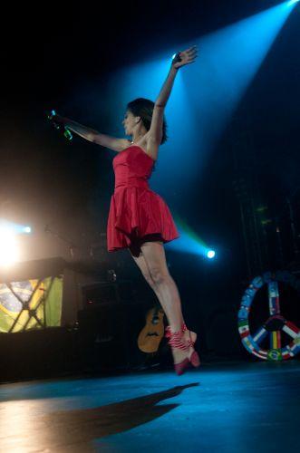 Paulina Goto faz performance de balé no show da mexicana Dulce María, no Rio de Janeiro (29/5/11)