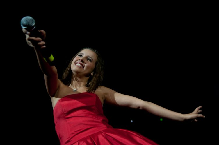 Paulina Goto pede para os fãs cantarem, na abertura do show da cantora Dulce María (29/5/11)