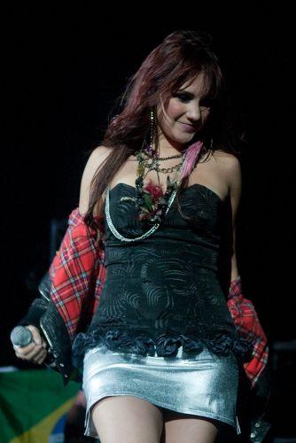 Com calor, Dulce María tira a jaqueta durante show no Rio de Janeiro (29/5/11)