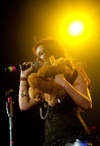 Dulce María ganha urso de um fã durante show no Rio de Janeiro (29/5/11)