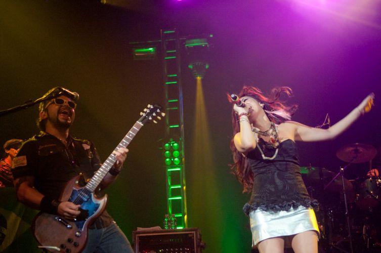 Dulce María e músico de sua banda empolgam os fãs durante show no Rio de Janeiro (29/5/11)